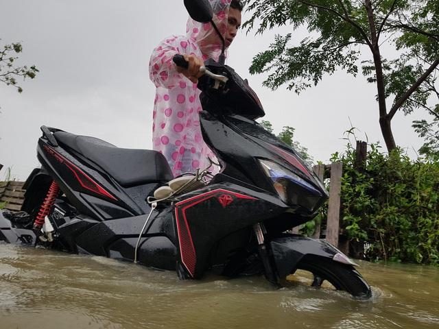 Nhiều nhà dân ở Đà Nẵng ngập sâu, người dân phải di chuyển bằng ghe - Ảnh 13.
