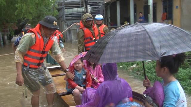 Mưa lớn kéo dài, Huế di dời người dân ra khỏi vùng ngập lụt - Ảnh 2.