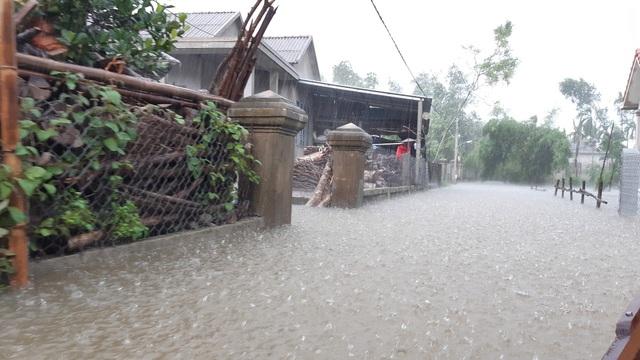 Mưa lớn kéo dài, Huế di dời người dân ra khỏi vùng ngập lụt - Ảnh 5.