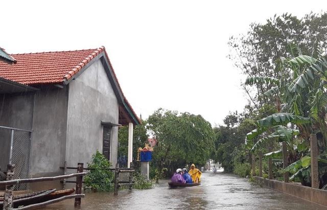 Mưa lớn kéo dài, Huế di dời người dân ra khỏi vùng ngập lụt - Ảnh 4.