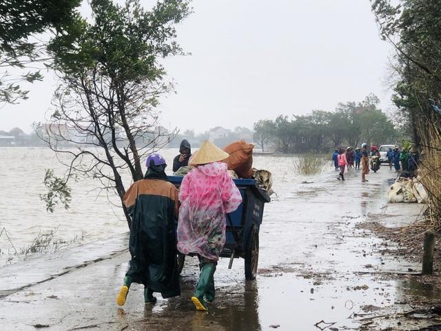 Quảng Bình: Đội mưa gió dọn rác sau lũ - Ảnh 1.