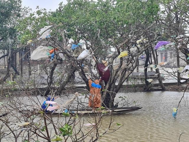 Quảng Bình: Đội mưa gió dọn rác sau lũ - Ảnh 2.