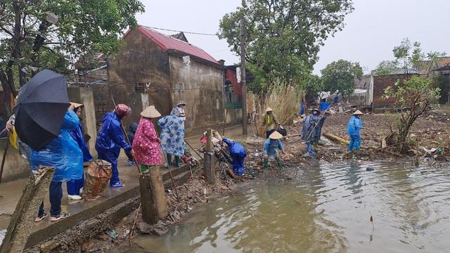 Quảng Bình: Đội mưa gió dọn rác sau lũ - Ảnh 3.