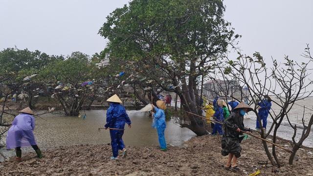 Quảng Bình: Đội mưa gió dọn rác sau lũ - Ảnh 4.