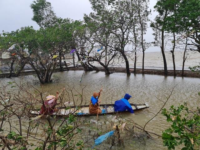 Quảng Bình: Đội mưa gió dọn rác sau lũ - Ảnh 5.