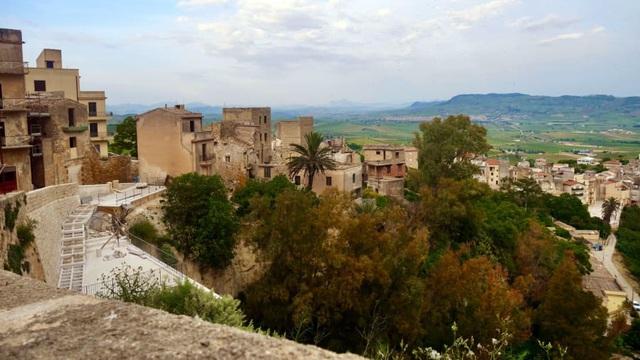 """Thị trấn """"đẹp như tranh vẽ"""" của Ý rao bán loạt nhà với giá chỉ từ €1 - Ảnh 1."""