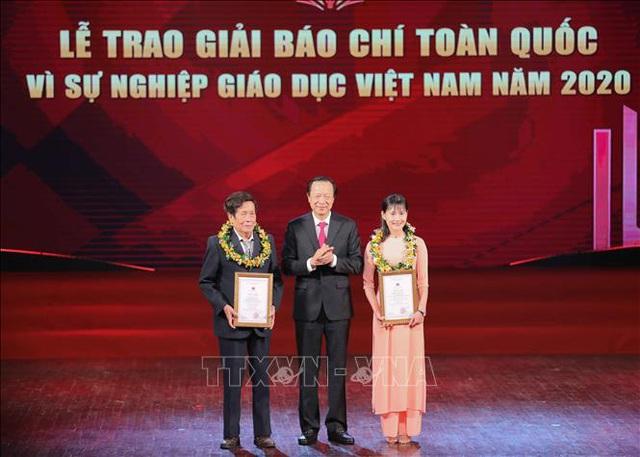Thầy giáo Nguyễn Văn Bôn và cô giáo trẻ Trà Thị Thu được trao giải nhân vật ấn tượng  - Ảnh 1.