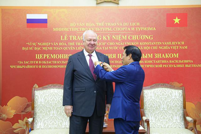 Trao Kỷ niệm chương Vì sự nghiệp VHTTDL cho Đại sứ Nga tại Việt Nam - Ảnh 2.