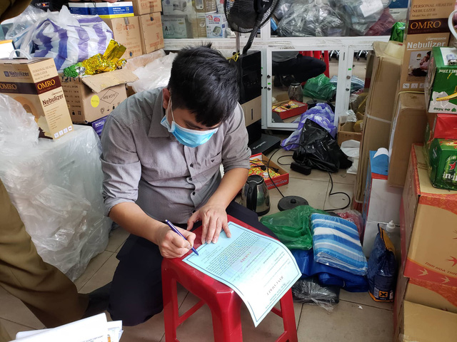 Phát hiện một cửa hàng thiết bị y tế ở Đà Nẵng không niêm yết giá, bán hàng giá cao, có dấu hiệu găm hàng  - Ảnh 3.