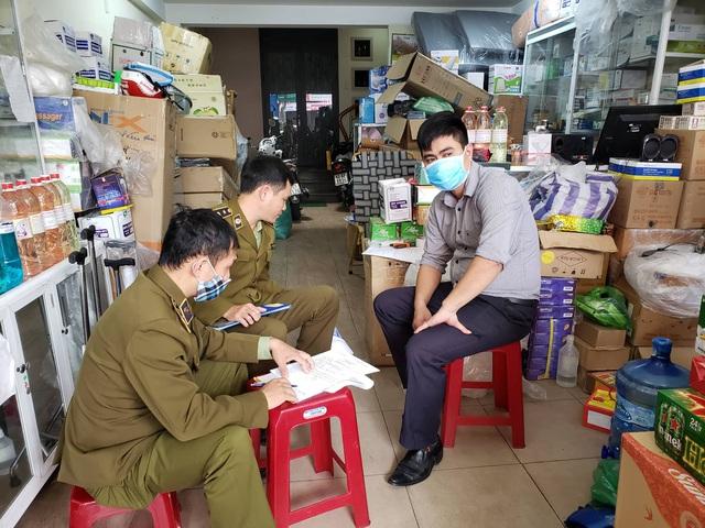 Phát hiện một cửa hàng thiết bị y tế ở Đà Nẵng không niêm yết giá, bán hàng giá cao, có dấu hiệu găm hàng  - Ảnh 1.