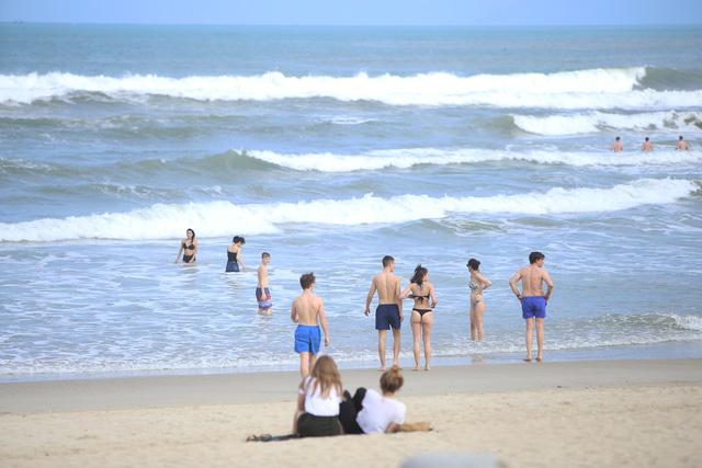 Khách Tây tắm biển, thư giãn trên biển Đà Nẵng - Ảnh 13.