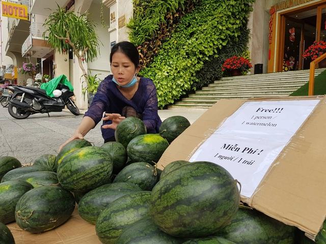 Chủ khách sạn ở Đà Nẵng mua một tấn dưa hấu và làm điều khiến ai cũng thấy ấm lòng - Ảnh 2.