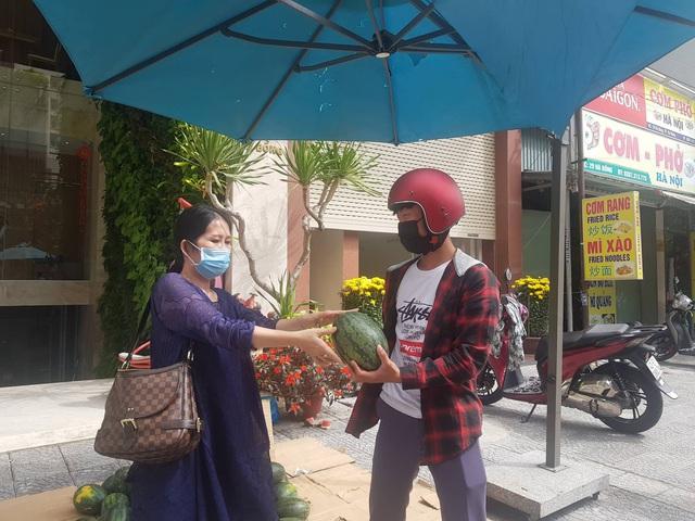 Chủ khách sạn ở Đà Nẵng mua một tấn dưa hấu và làm điều khiến ai cũng thấy ấm lòng - Ảnh 3.