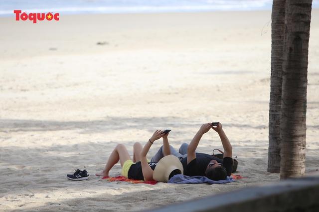 Khách Tây tắm biển, thư giãn trên biển Đà Nẵng - Ảnh 20.