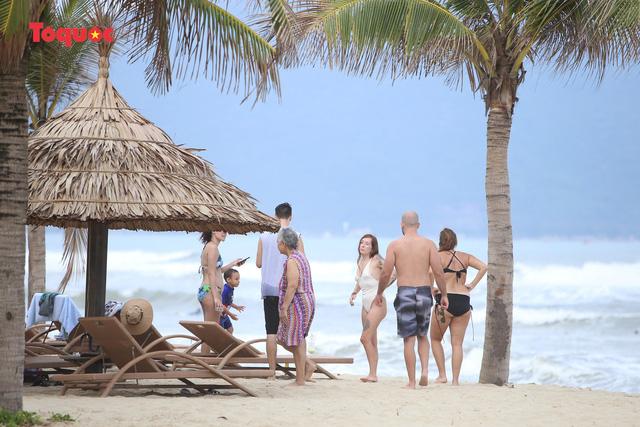 Khách Tây tắm biển, thư giãn trên biển Đà Nẵng - Ảnh 4.