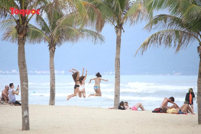 Khách Tây tắm biển, thư giãn trên biển Đà Nẵng - Ảnh 10.