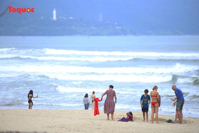 Khách Tây tắm biển, thư giãn trên biển Đà Nẵng - Ảnh 21.