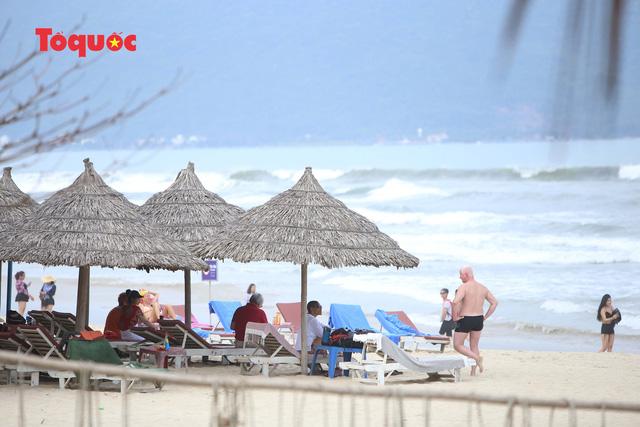 Khách Tây tắm biển, thư giãn trên biển Đà Nẵng - Ảnh 11.