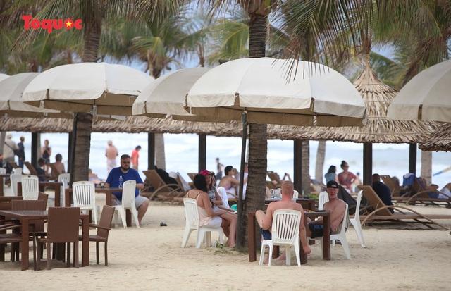 Khách Tây tắm biển, thư giãn trên biển Đà Nẵng - Ảnh 3.