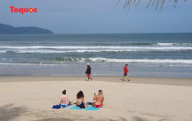 Khách Tây tắm biển, thư giãn trên biển Đà Nẵng - Ảnh 22.