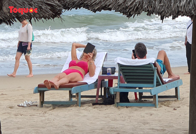 Khách Tây tắm biển, thư giãn trên biển Đà Nẵng - Ảnh 8.