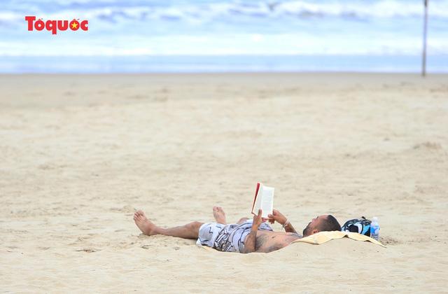 Khách Tây tắm biển, thư giãn trên biển Đà Nẵng - Ảnh 7.