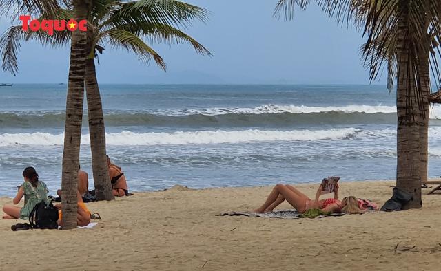 Khách Tây tắm biển, thư giãn trên biển Đà Nẵng - Ảnh 9.