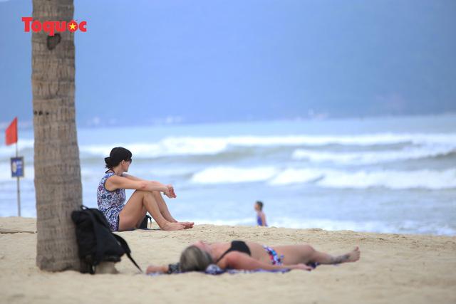 Khách Tây tắm biển, thư giãn trên biển Đà Nẵng - Ảnh 5.