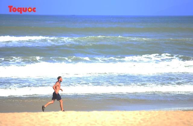 Khách Tây tắm biển, thư giãn trên biển Đà Nẵng - Ảnh 18.