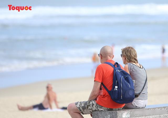 Khách Tây tắm biển, thư giãn trên biển Đà Nẵng - Ảnh 15.