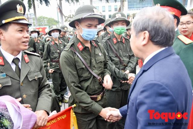 Tân binh đeo khẩu trang kín mít trong ngày giao, nhận quân giữa mùa dịch Corona - Ảnh 3.