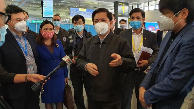 """Bộ trưởng Nguyễn Văn Thể: """"Nên chăng bắt buộc người đi, đến sân bay phải đeo khẩu trang"""" - Ảnh 1."""