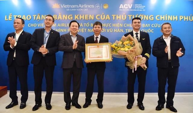 Tổ bay Vietnam Airlines thực hiện chuyến bay tới Vũ Hán nhận bằng khen của Thủ tướng Chính phủ  - Ảnh 1.