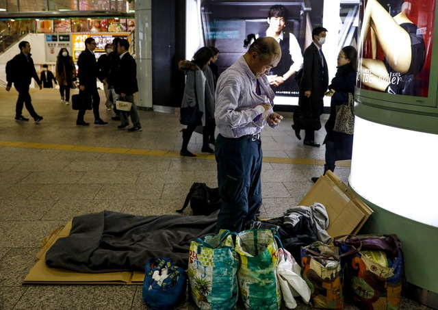Trước thềm Olympic Tokyo 2020: Bất ngờ hình ảnh người vô gia cư hoang mang tìm chốn trú ẩn - Ảnh 4.