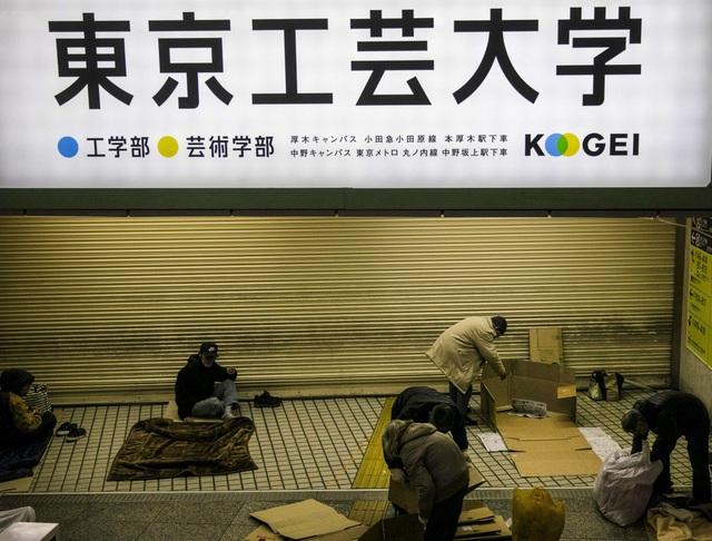Trước thềm Olympic Tokyo 2020: Bất ngờ hình ảnh người vô gia cư hoang mang tìm chốn trú ẩn - Ảnh 2.