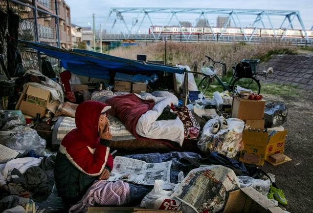 Trước thềm Olympic Tokyo 2020: Bất ngờ hình ảnh người vô gia cư hoang mang tìm chốn trú ẩn - Ảnh 1.