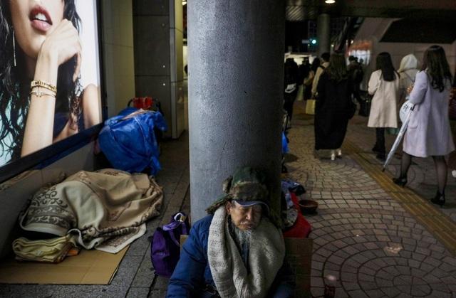 Trước thềm Olympic Tokyo 2020: Bất ngờ hình ảnh người vô gia cư hoang mang tìm chốn trú ẩn - Ảnh 11.