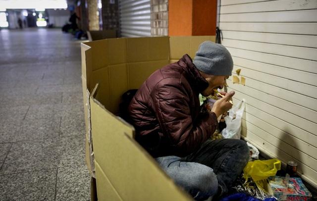 Trước thềm Olympic Tokyo 2020: Bất ngờ hình ảnh người vô gia cư hoang mang tìm chốn trú ẩn - Ảnh 3.