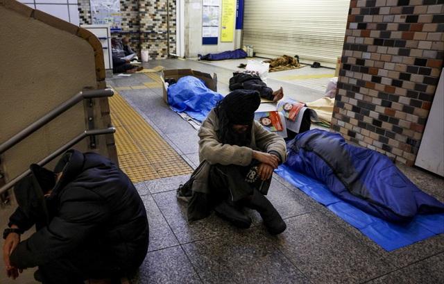 Trước thềm Olympic Tokyo 2020: Bất ngờ hình ảnh người vô gia cư hoang mang tìm chốn trú ẩn - Ảnh 10.