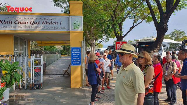 Du khách quốc tế đến Đà Nẵng tham quan du lịch, dù đang ồn ào dịch COVID-19.