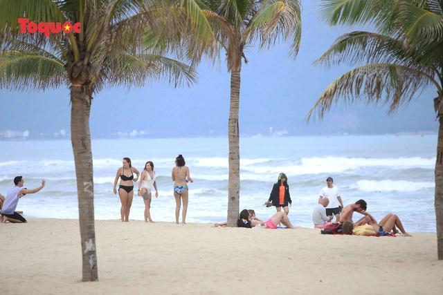 Du khách Tây tắm, thư giãn trên biển Đà Nẵng vào ngày 11/2.