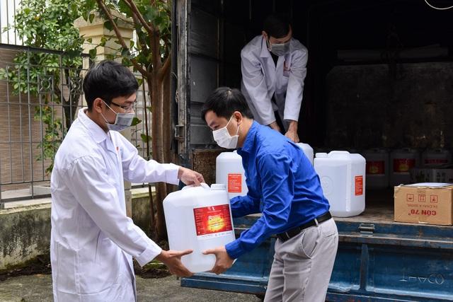 Giữa tâm dịch Covid-19, Đại học Bách khoa Hà Nội tặng 500l dung dịch sát khuẩn cho người dân xã Sơn Lôi - Ảnh 1.