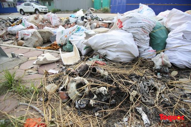 Hà Nội: Đường Nguyễn Văn Huyên kéo dài ngập trong rác thải bốc mùi hôi thối - Ảnh 10.