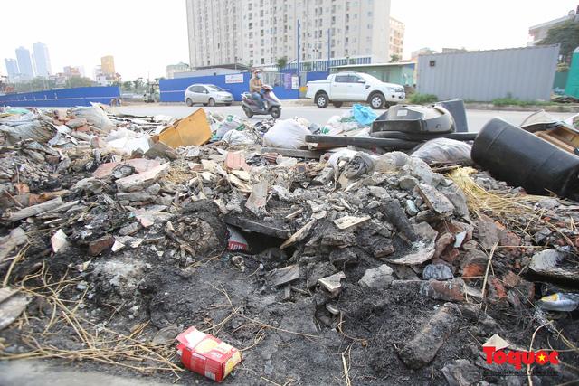 Hà Nội: Đường Nguyễn Văn Huyên kéo dài ngập trong rác thải bốc mùi hôi thối - Ảnh 9.