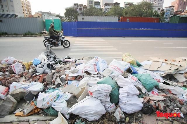Hà Nội: Đường Nguyễn Văn Huyên kéo dài ngập trong rác thải bốc mùi hôi thối - Ảnh 8.