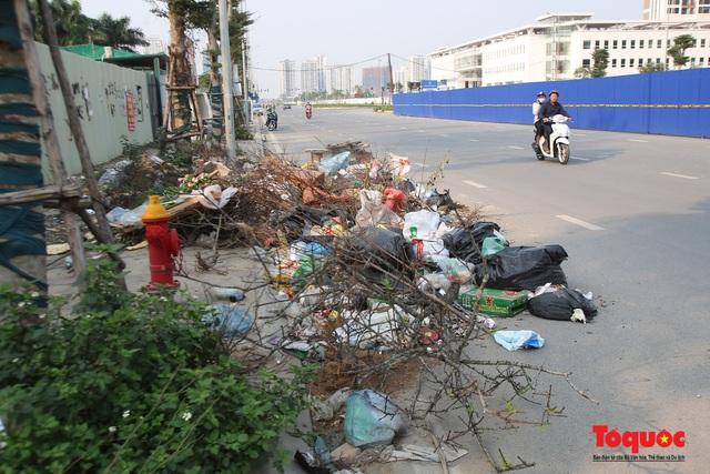 Hà Nội: Đường Nguyễn Văn Huyên kéo dài ngập trong rác thải bốc mùi hôi thối - Ảnh 6.