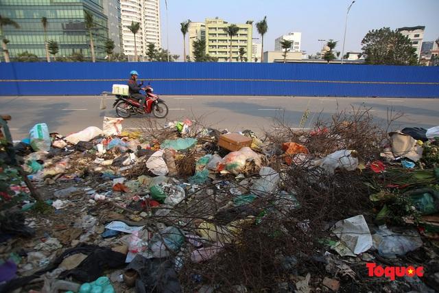 Hà Nội: Đường Nguyễn Văn Huyên kéo dài ngập trong rác thải bốc mùi hôi thối - Ảnh 4.