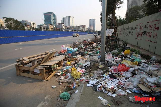 Hà Nội: Đường Nguyễn Văn Huyên kéo dài ngập trong rác thải bốc mùi hôi thối - Ảnh 3.