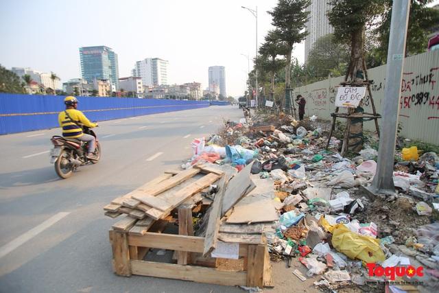 Hà Nội: Đường Nguyễn Văn Huyên kéo dài ngập trong rác thải bốc mùi hôi thối - Ảnh 7.