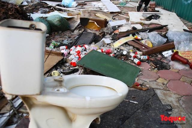 Hà Nội: Đường Nguyễn Văn Huyên kéo dài ngập trong rác thải bốc mùi hôi thối - Ảnh 13.
